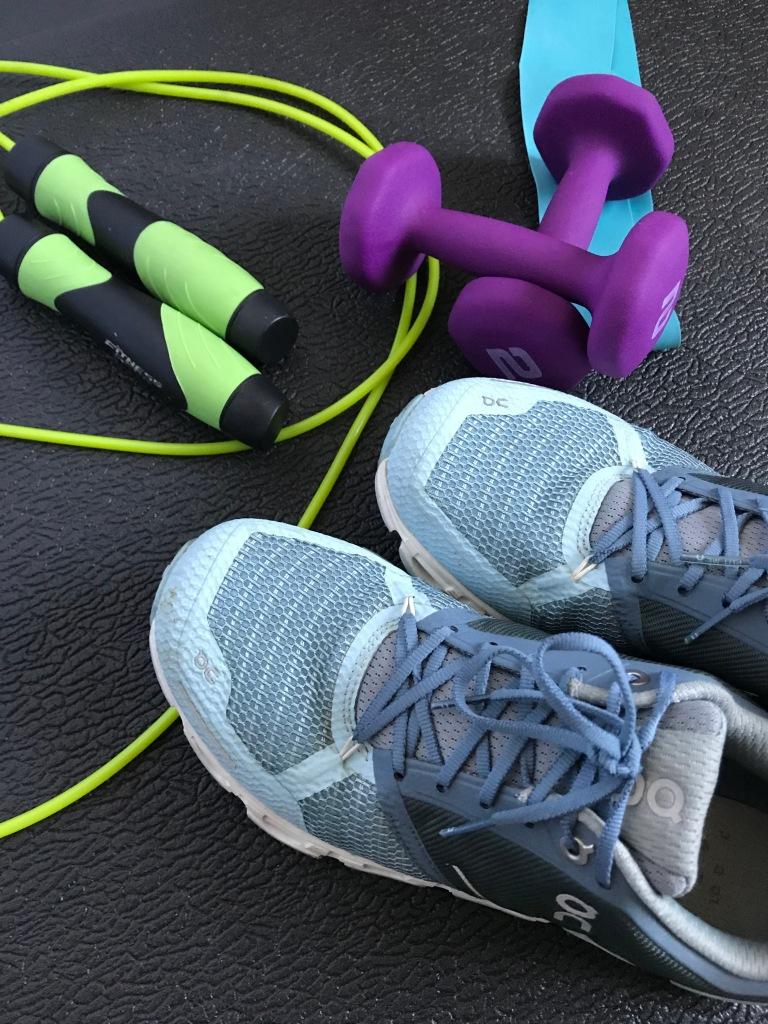 equipo de ejercicio: tenis, mancuernas, liga y cuerda de brincar
